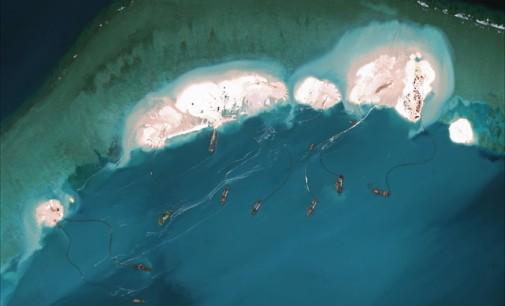 Išplaudama krūvas smėlio ginčytinoje jūroje, Kinija tiesiog sukuria sau sausumą