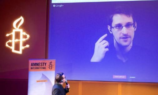 Visi laukia Edwardo Snowdeno atsakymo