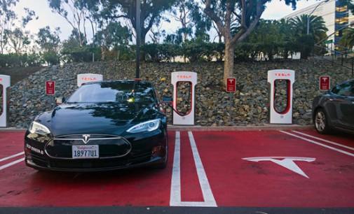 Nemokamos TESLA elektromobilių įkrovimo stotelės – ateitis jau čia