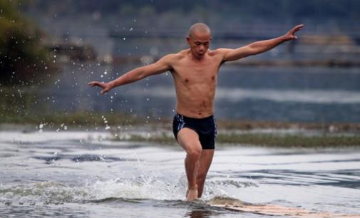 Šaolinio vienuolis bėgte vandeniu įveikė 125 metrus