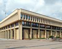 Naujai išrinkti Seimo nariai siūlo nenuomoti mašinų už parlamentinei veiklai skirtas lėšas