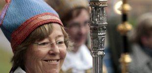 Pirmoji pasaulyje vyskupė-lesbietė paragino pašalinti kryžius nuo bažnyčios kupolų Stokholme