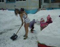 """54 metų amžiaus """"snieguolė"""" žiemą vaikšto apsirengusi vasariniais drabužiais"""