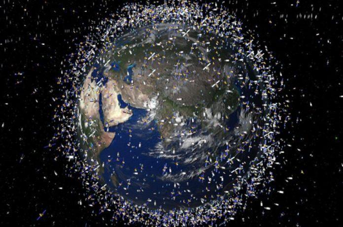 Kosminės šiukšlės aplink žemę
