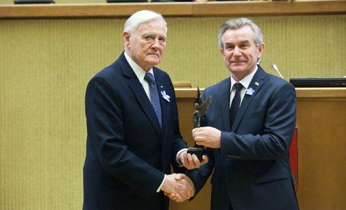 Vytautui Landsbergiui ir Valdui Adamkui įteiktos 2016 m. Laisvės premijos