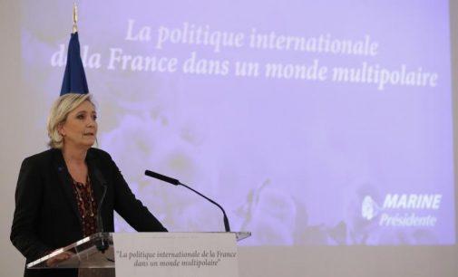 Marine Le Pen tiesia ranką Trampui ir Putinui