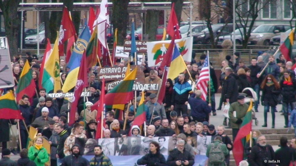 JAV vėliava dalyvių tarpe