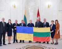 Ukrainos kariai padovanojo prezidentei Lietuvos ir Ukrainos vėliavą su kovojančių parašais