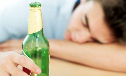 Nuo kitų metų didėja baudos už alkoholio vartojimą viešose vietose ir jo pardavimą asmenims neturintiems 20 metų