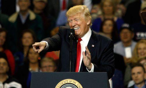 Apklausa liudija, jog amerikiečiai keičia savo nuomonę Trampo atžvilgiu