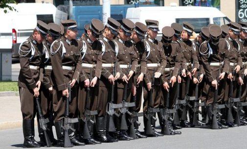 Britanijos latviams kyla problemos dėl tarnybos savo šalies kariuomenėje