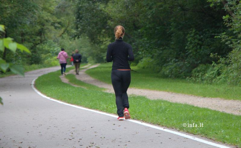 bėgikė - mergina bėga