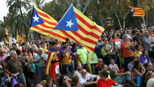 žmonės prie Katalonijos parlamento