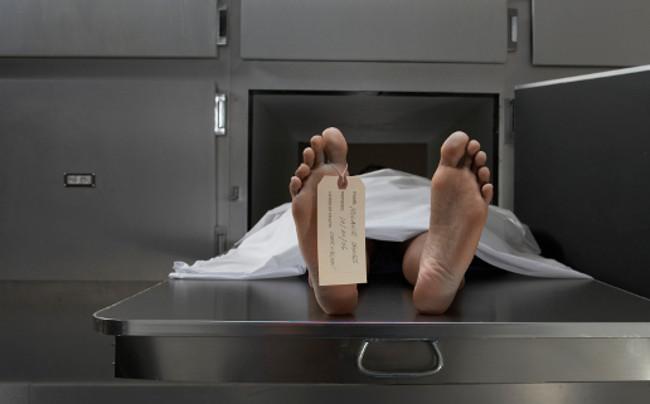 Mirtis ir lentelė ant kojos