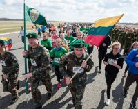 """Unikaliame bėgime """"Runway Run 2018"""" naikintuvų pakilimo taku dalyvavo apie 7 tūkst. entuziastų"""