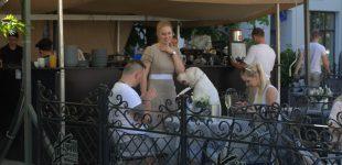 Diskusija: Ar normalu, kai šunys viešose kavinėse sėdi prie žmonėms skirto stalo ant žmonėms skirtų kėdžių?
