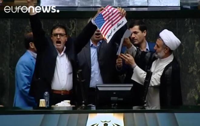 Irano parlamente deginama JAV vėliava