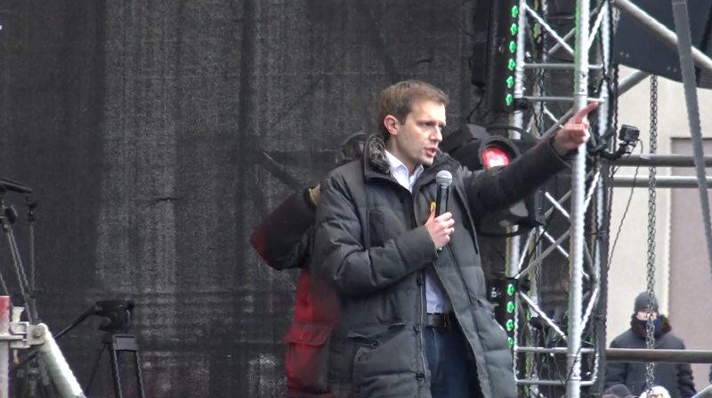 Andrius Tapinas mitinge prie Seimo, kurio metu buvo reikalaujama surengti pirmalaikius rinkimus
