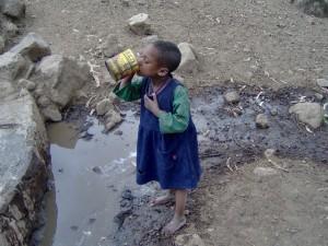 vaikas geria nuotekas