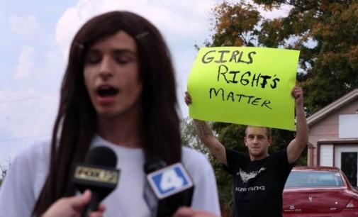 Amerikiečių mokinės protestuoja prieš transseksualo siekį naudotis moteriškais tualetais
