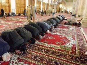 meldžiasi mečetėje