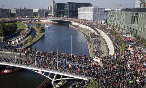 Berlyne dešimtys tūkstančių protestavo prieš TTIP susitarimą  tarp JAV ir ES