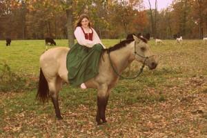 mergina ant arklio