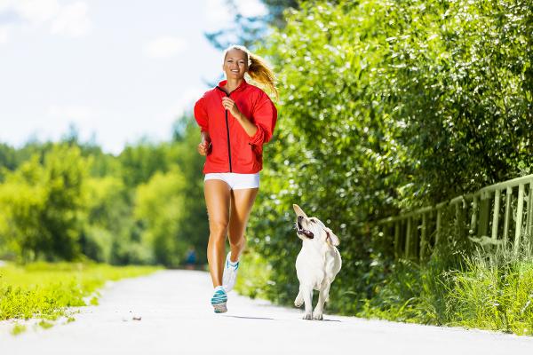mergina bėga