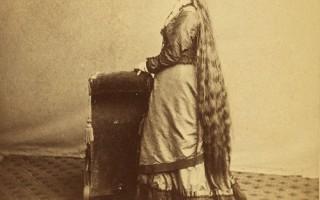 17 senovinių Viktorijos epochos moterų ilgais plaukais portretų