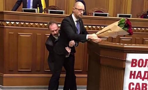 """Jaceniukas pakomentavo eilines muštynes Radoje: """"Debilų pakanka"""""""