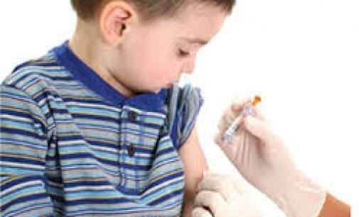 """Vyriausybė, remdamasi """"ekspertų"""" rekomendacijomis siūlo revakcinaciją mažesnėmis dozėmis berniukams ir jaunuoliams"""