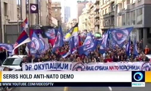 Press TV: Tūkstančiai serbų dalyvavo demonstracijoje prieš suartėjimą su NATO