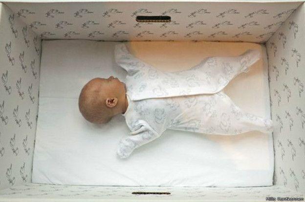 dėžutė kūdikiui | Miegantis vaikas: Dėžutė tai gerai, bet žinoti kaip rūpintis vaiku visgi yra svarbiau.