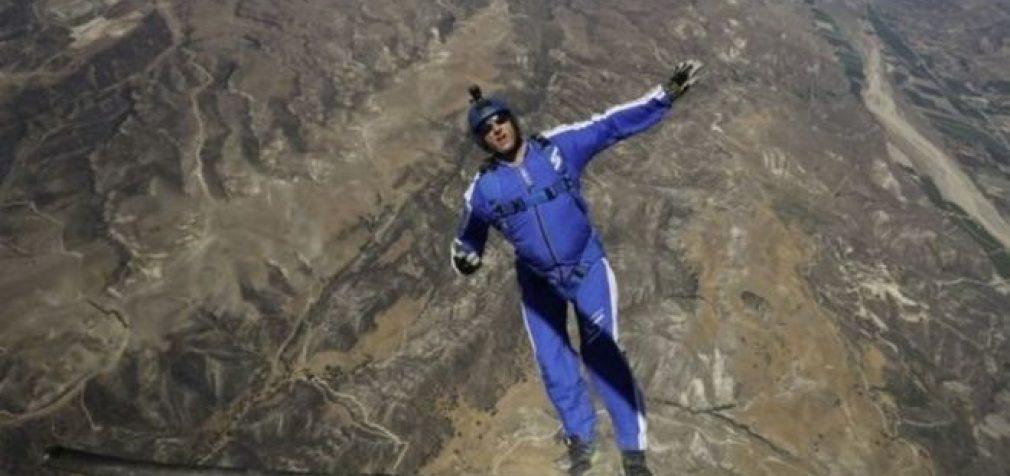 Ekstremalas Luke Aikins iššoko iš lėktuvo be parašiuto ir išliko gyvas [video]