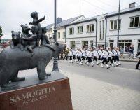 Žemaitijos sostinėje Telšiuose vyksta Lietuvos karybos diena, atidengiamas Durbės mūšio paminklas