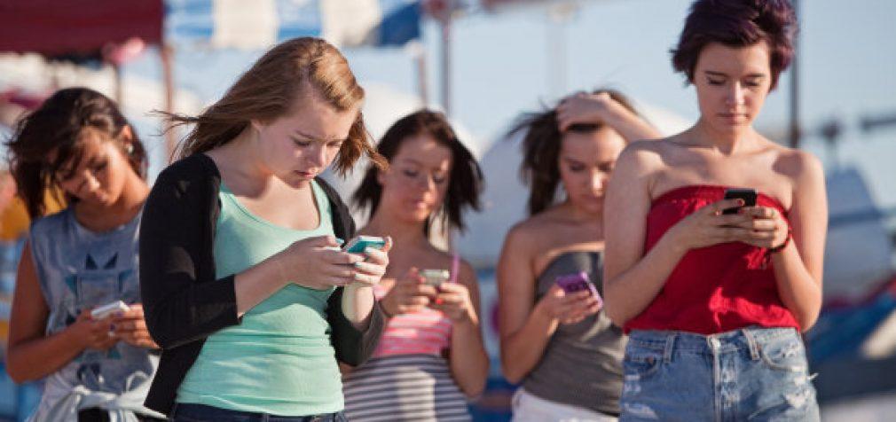 Mobiliųjų telefonų manija labiau būdinga moterims, nei vyrams