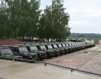 Į Lietuvą atgabenta keli šimtai vienetų iš Nyderlandų įsigytos karinės technikos
