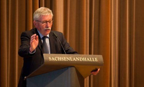 """Vokietijos eks-politikas siūlo """"esant būtinybei deportuoti migrantus karo konvojaus pagalba"""""""