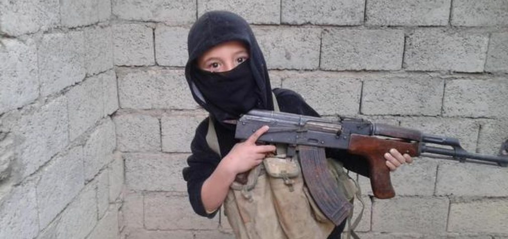 """""""ISIL vaikai"""" mokosi šaudyti nuo 6 metų. Paauglystėje jie jau pasirengę tapti teroristais-mirtininkais."""
