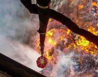 Ugniagesių pajėgoms Radviliškyje padeda ir Lietuvos kariuomenės sraigtasparnis MI-8 ir 20 karių