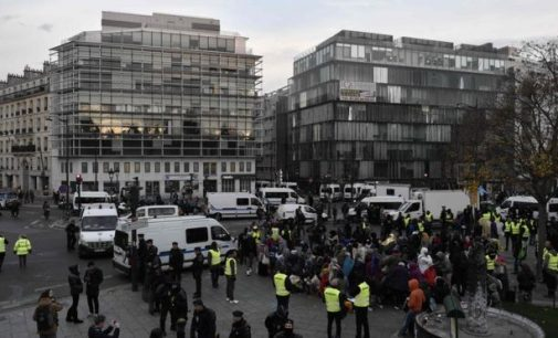 """Paryžiaus policija uždaro migrantų stovyklą prie """"Stalingrado"""" metro"""