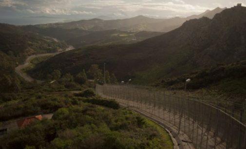 Šimtai migrantų prasiveržė pro šešių metrų aukščio sieną į Ispaniją