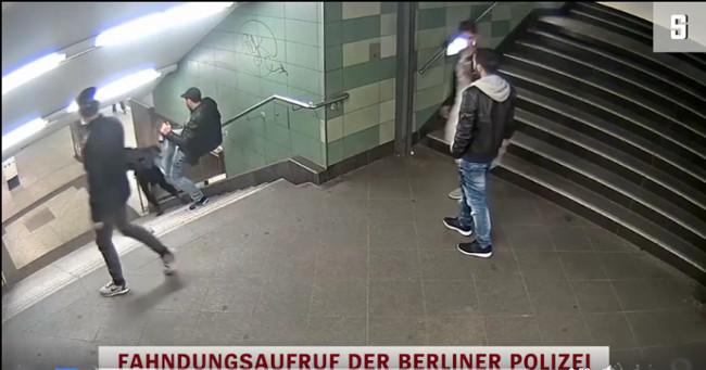 Spyris į nugarą Berlyno metro stotyje
