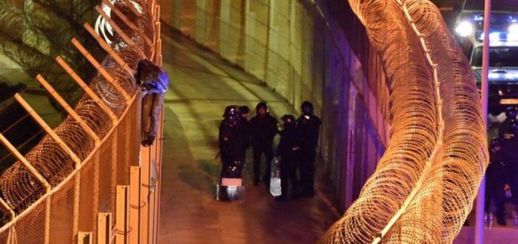 Daugiau kaip 1000 migrantų bandė prasiveržti į Ispanijos Seutos anklavą