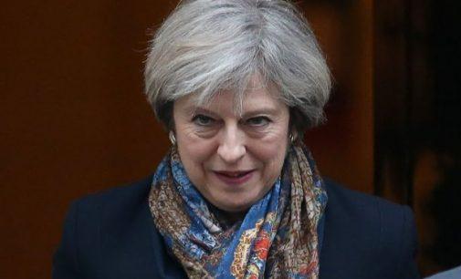 Theresa May gavo Britanijos karalienės leidimą suformuoti vyriausybę