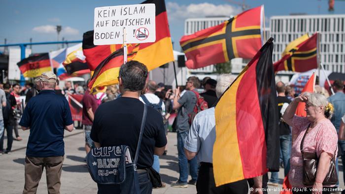 Dešiniųjų maršas Berlyne prieš musulmonus, 2016 gegužė | DPA