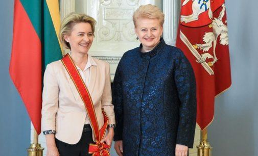 """Prezidentė Ordino """"Už nuopelnus Lietuvai"""" Didžiuoju kryžiumi apdovanojo Vokietijos gynybos ministrę"""