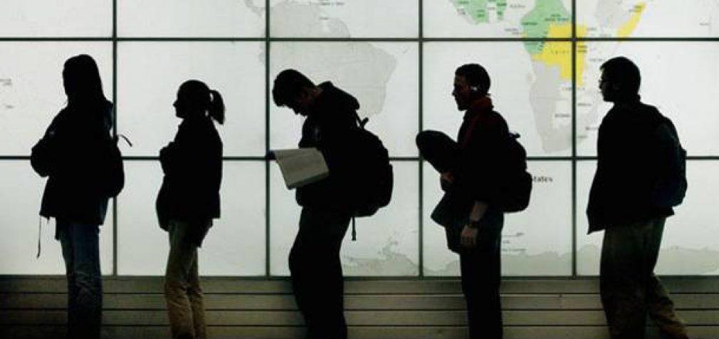 VRM ataskaita: emigracija mažėjo, o imigrantai, patenkantys į trūkstamų profesijų sąrašą, galės dirbti be darbo leidimo