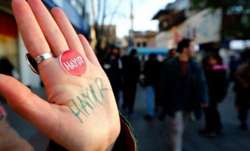 Referendume Turkijoje nugalėjo Erdogano šalininkai. Opozicija žada skųsti rezultatus