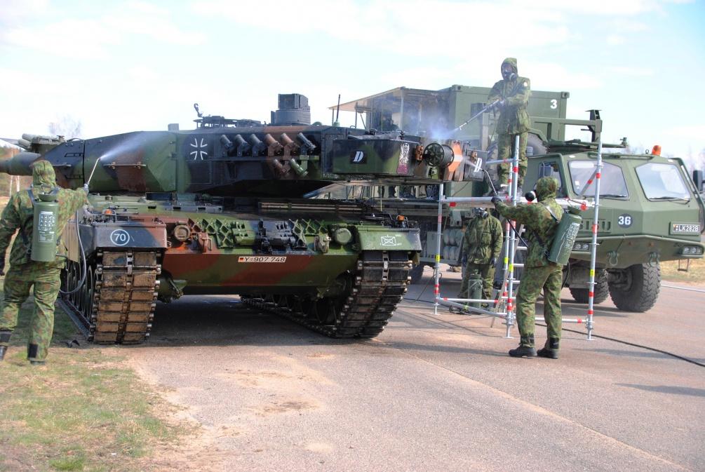 Lietuviai plauna amerikiečių tanką - kokia garbė